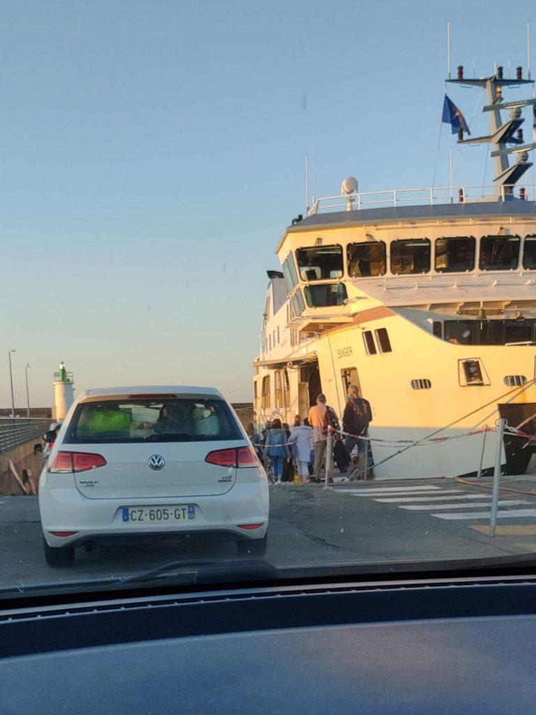 Embarquement de la voiture dans le ferry de la Compagnie Océane